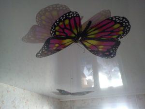 отражающий потолок из натяжной ткани в детской комнате фото