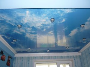 отражающий натяжной потолок из пвх пленки в детской комнате картинка
