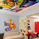 яркий потолок из пвх пленки в игровой фото