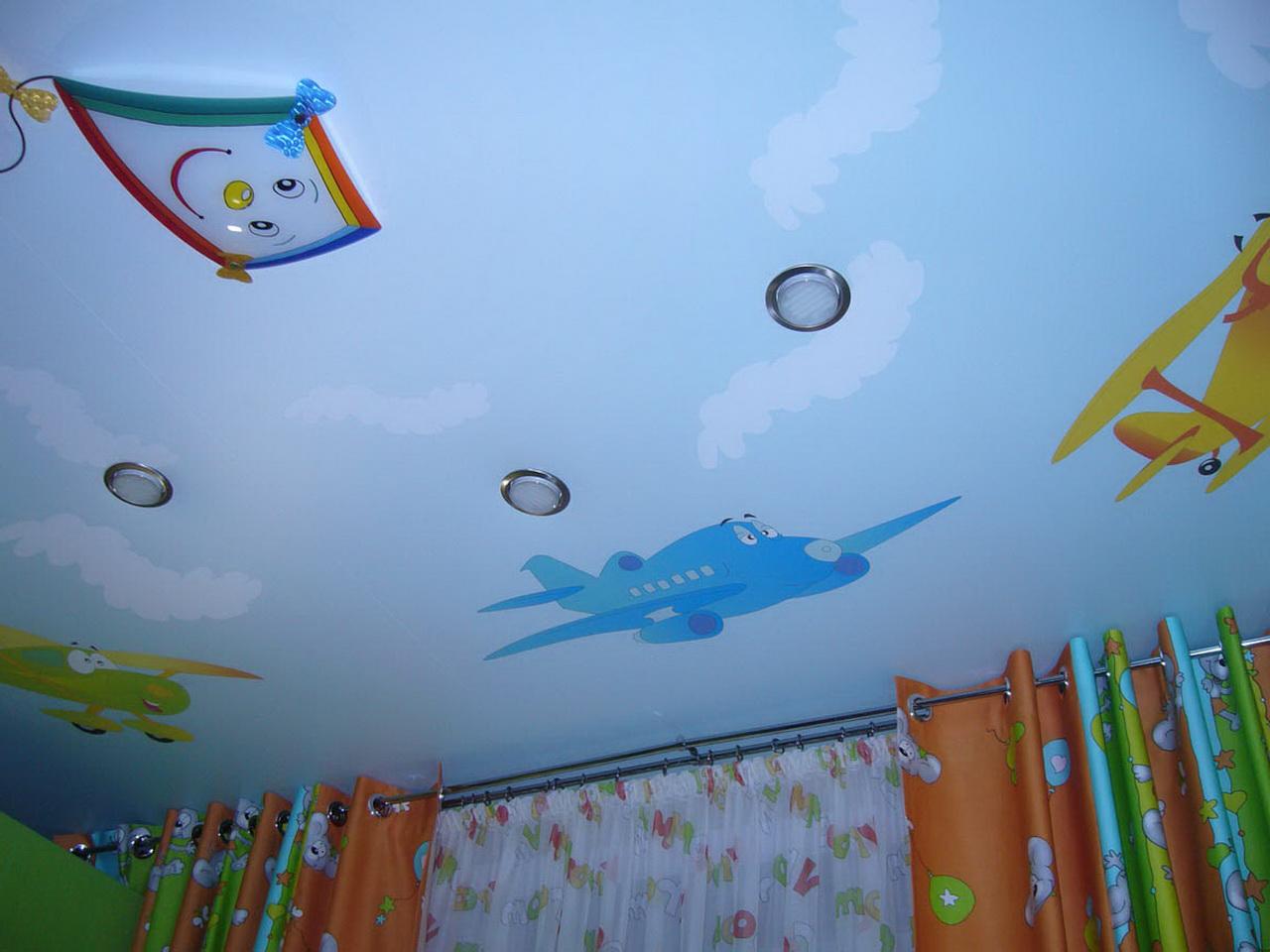 яркий потолок с фотопечатью в игровой