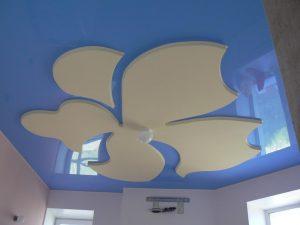 светлый натяжной потолок с фотопечатью в игровой комнате картинка