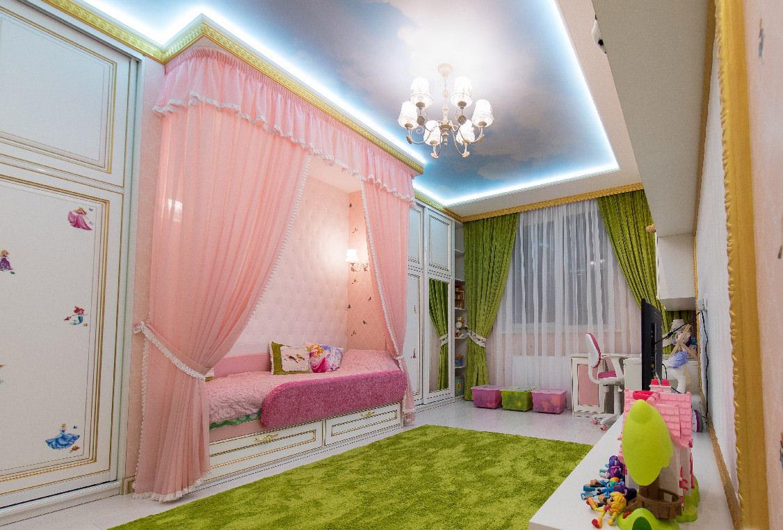 светлый потолок из натяжной ткани в детской комнате