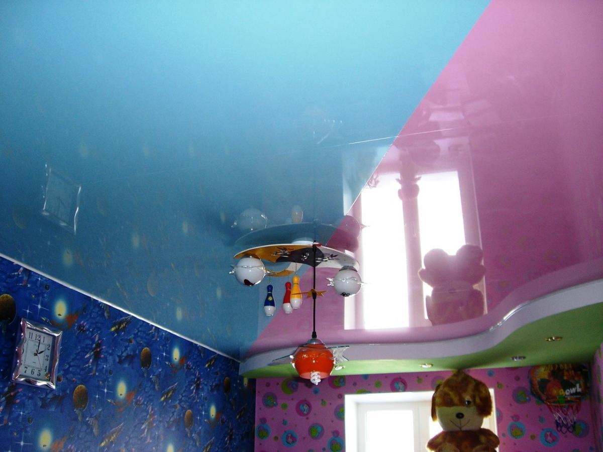 яркий натяжной потолок из натяжной ткани в детской