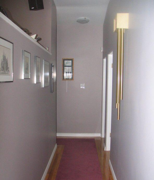 прихожая комната с фактурной штукатуркой и полуматовой стенкой картинка