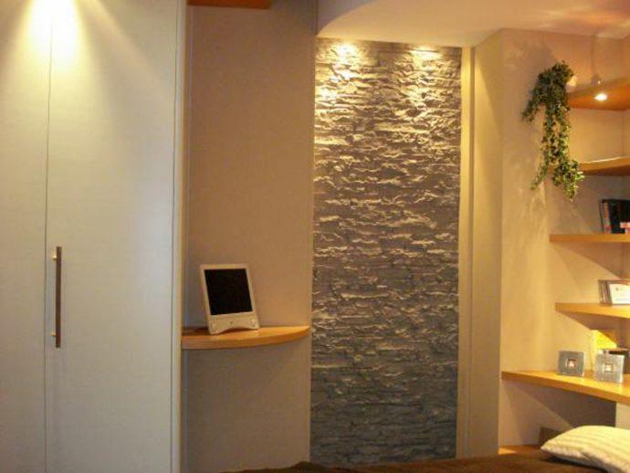 светлый интерьер прихожей комнаты с отделкой фактурной штукатуркой