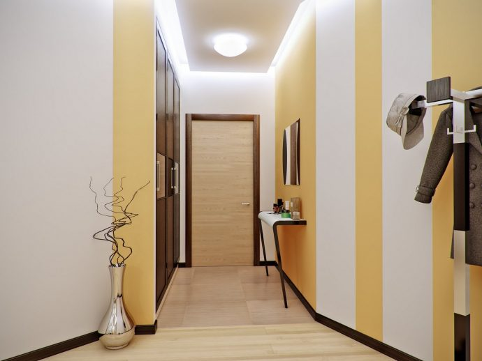 яркий интерьер проходной комнаты с узким коридором