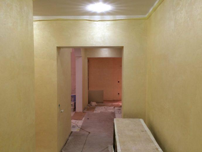яркий интерьер прихожей комнаты с отделкой фактурной штукатуркой