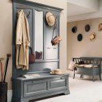 шкаф с зеркалом в прихожую комнату из качественного дерева картинка