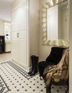 темная напольная плитка в прихожую комнату в стиле кантри картинка