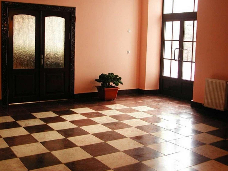 темная напольная плитка в прихожую комнату в стиле этно