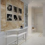 светлая прихожая комната в классическом стиле интерьер фото