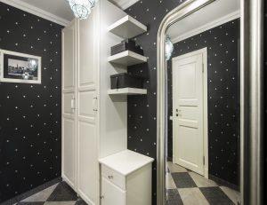 яркие обои в прихожую комнату в стиле ретро под темную дверь фото