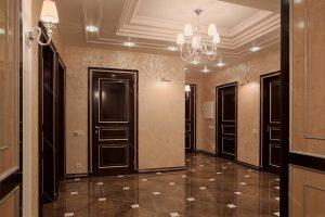 яркие обои в прихожую комнату в стиле прованс под темную дверь картинка