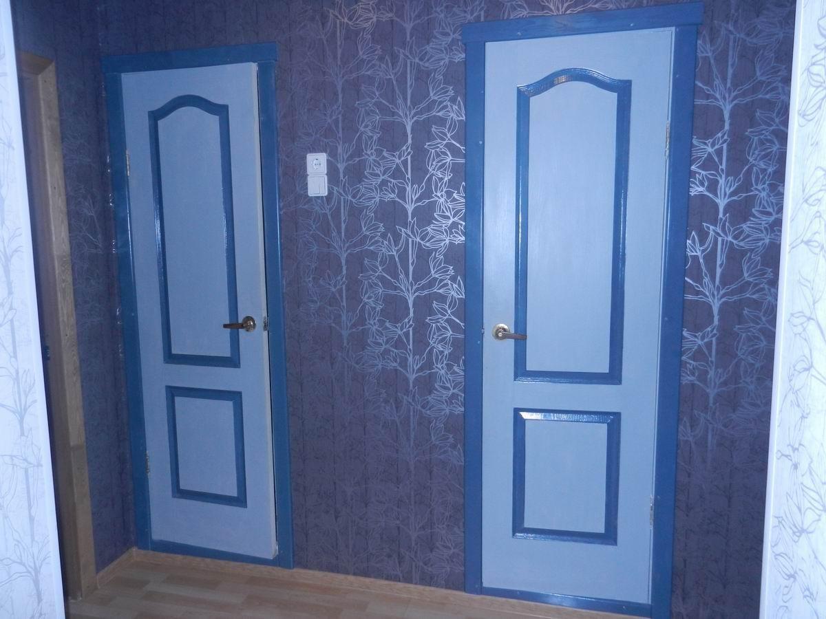 темные обои в проходную комнату в стиле ретро под темную дверь