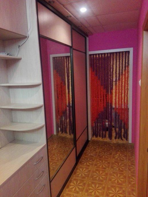 светлый дизайн проходной с узким коридором
