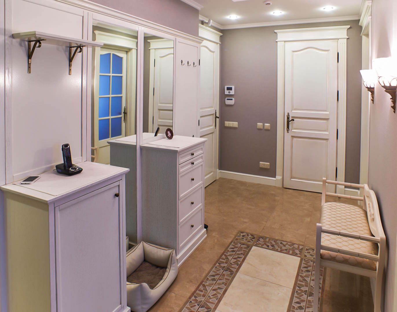 светлый дизайн маленького коридора в современном стиле