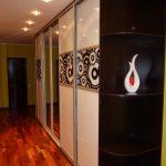яркий интерьер коридора в современном стиле фото