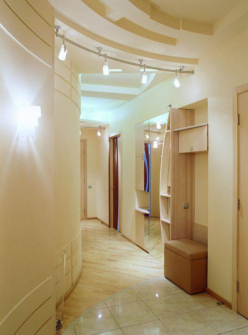 яркий стиль прихожей комнаты с отделкой фактурной штукатуркой