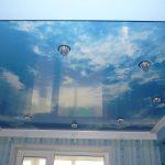 яркий потолок из пвх пленки в детской комнате картинка