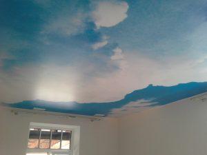 отражающий натяжной потолок из пвх пленки в игровой комнате фото