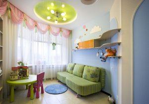 яркий натяжной потолок из натяжной ткани в детской комнате картинка