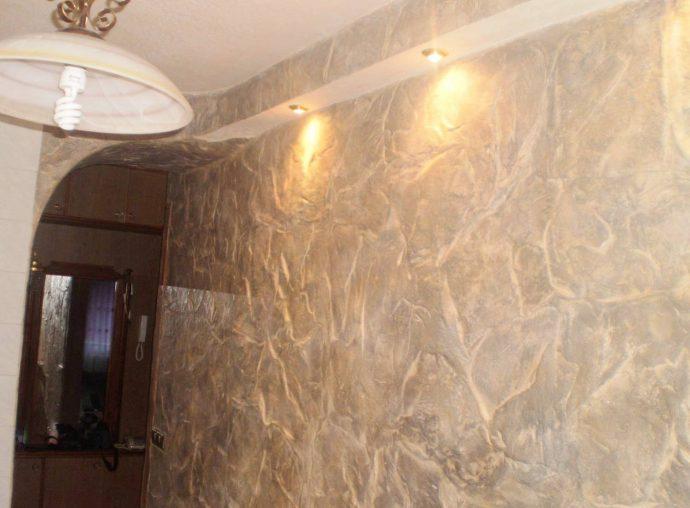 яркий стиль проходной комнаты с фактурной штукатуркой