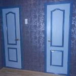 красивые обои в проходную в стиле прованс под темную дверь картинка