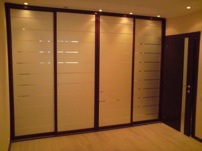 большой шкаф в прихожую комнату интерьер