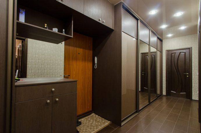 вместительный шкаф купе в коридор интерьер