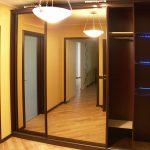 вместительный шкаф в прихожую комнату интерьер