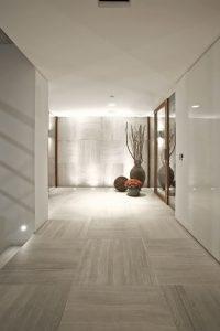 яркая напольная плитка в прихожую комнату в стиле прованс картинка