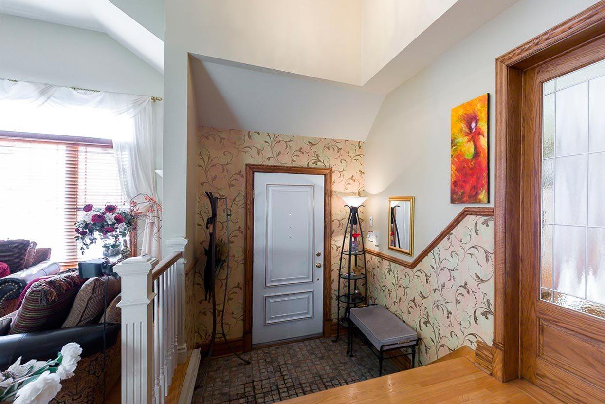 яркая проходная комната в доме