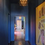 светлые обои в прихожую комнату в стиле ретро под темную дверь фото