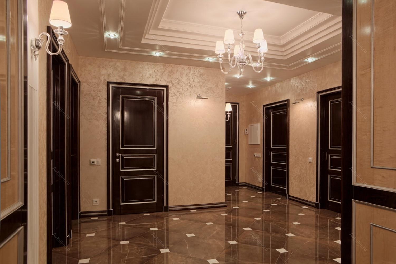 яркие обои в проходную комнату в стиле ретро под темную дверь