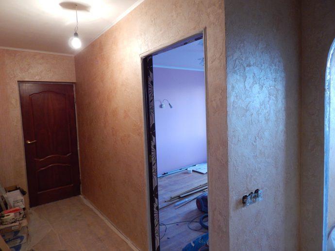 красивый интерьер проходной комнаты с фактурной штукатуркой