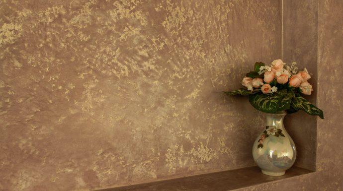 красивый дизайн проходной комнаты с фактурной штукатуркой