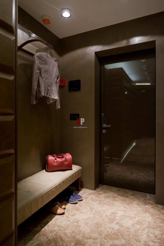 светлый интерьер маленькой прихожей комнаты в современном стиле