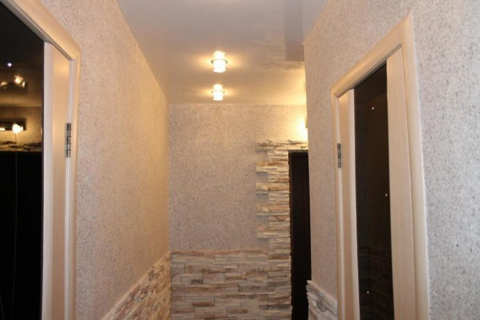 светлый интерьер коридора с фактурной штукатуркой