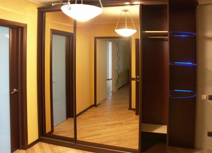 интересный стиль прихожей с узким коридором