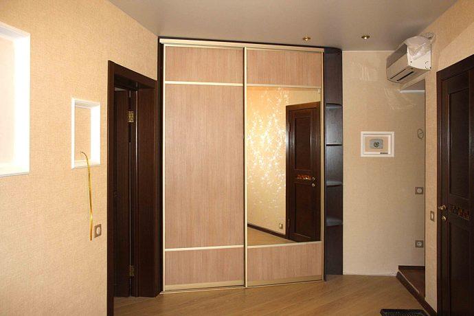 яркий интерьер проходной комнаты эконом класса фото
