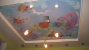 яркий натяжной потолок из натяжной ткани в детской фото