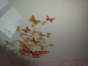 отражающий потолок с фотопечатью в игровой комнате картинка
