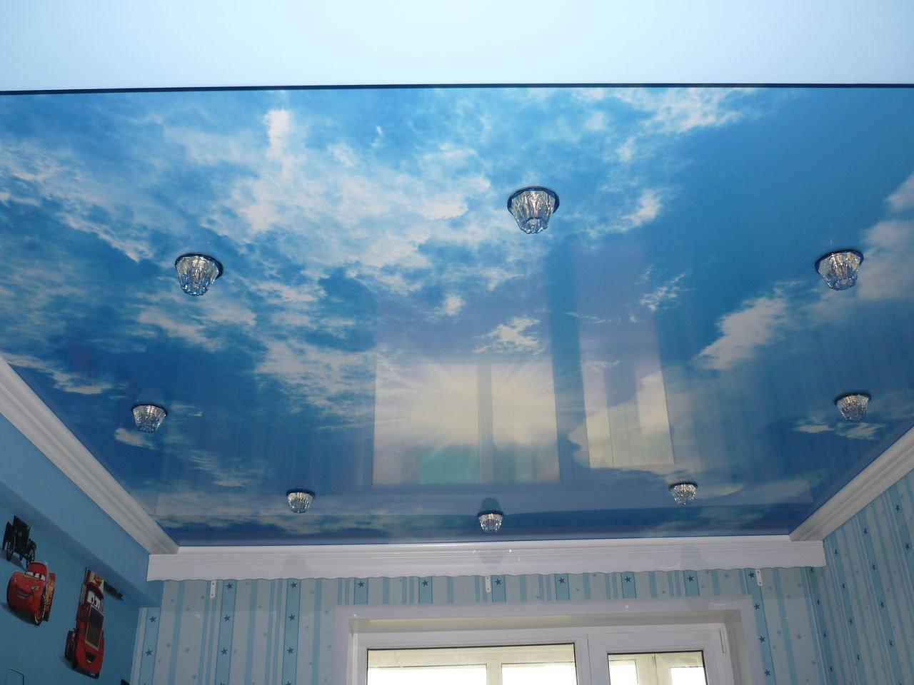 отражающий натяжной потолок из пвх пленки в детской комнате