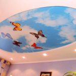 яркий натяжной потолок из пвх пленки в детской фото