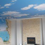 светлый потолок с фотопечатью в детской комнате фото