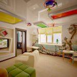 яркий натяжной потолок из натяжной ткани в детской комнате фото