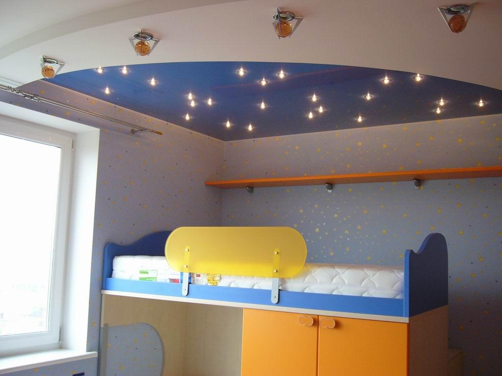 красивый потолок с фотопечатью в игровой комнате