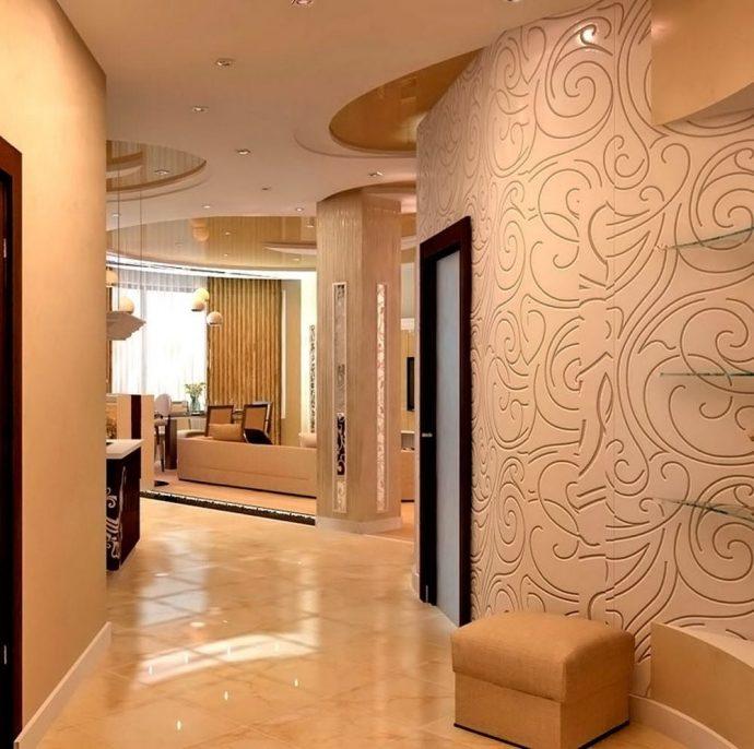 яркий интерьер коридора с фактурной штукатуркой