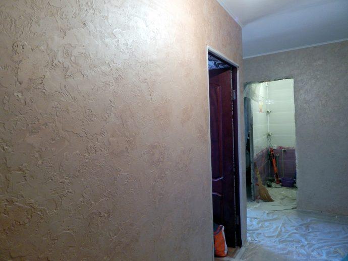 светлый стиль прихожей комнаты с фактурной штукатуркой