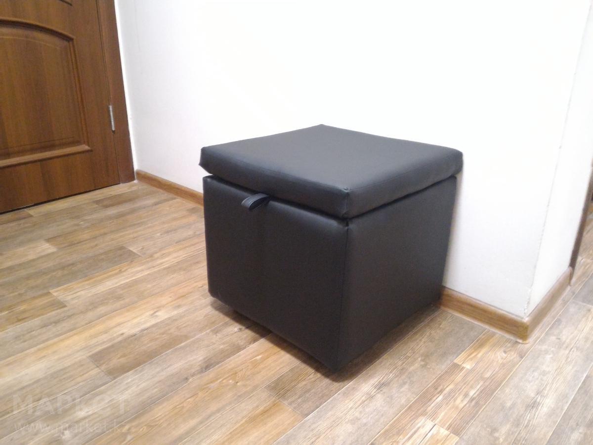 мягкий пуфик-скамейка из дерева в прихожую комнату
